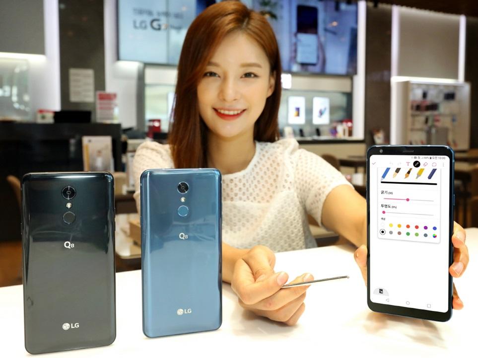 5일 모델이 2018년 형 LG Q8을 소개하고 있다. 이 제품은 53만9천원의 매력적인 가격에도 전용 펜을 활용한 다양한 편의기능과 고해상도 카메라, 하이파이 쿼드 DAC 등 탁월한 멀티미디어 성능을 완성도 높게 담았다.