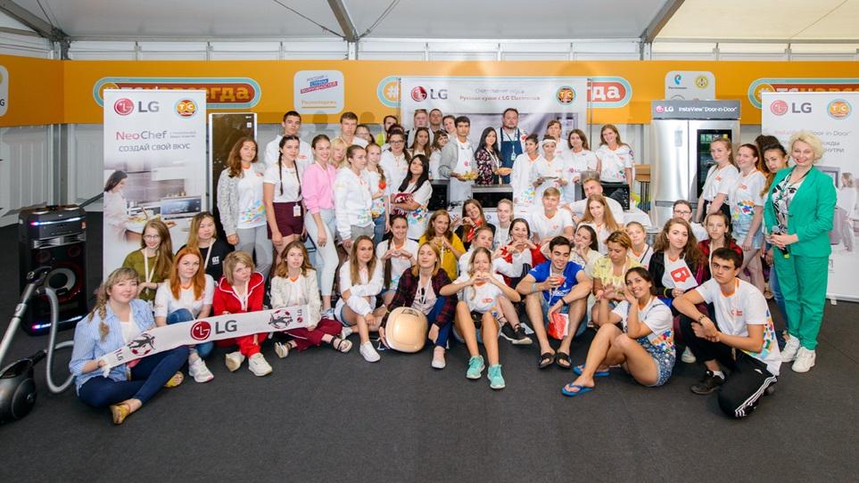 LG전자는 이달 12일까지 진행되는 러시아 최대 유스포럼(Youth Forum)인 '테라 샤인치아 2018'을 공식 후원하고 있다. 유스포럼 참가자들과 LG전자 러시아법인 임직원이 기념촬영을 하고 있다.