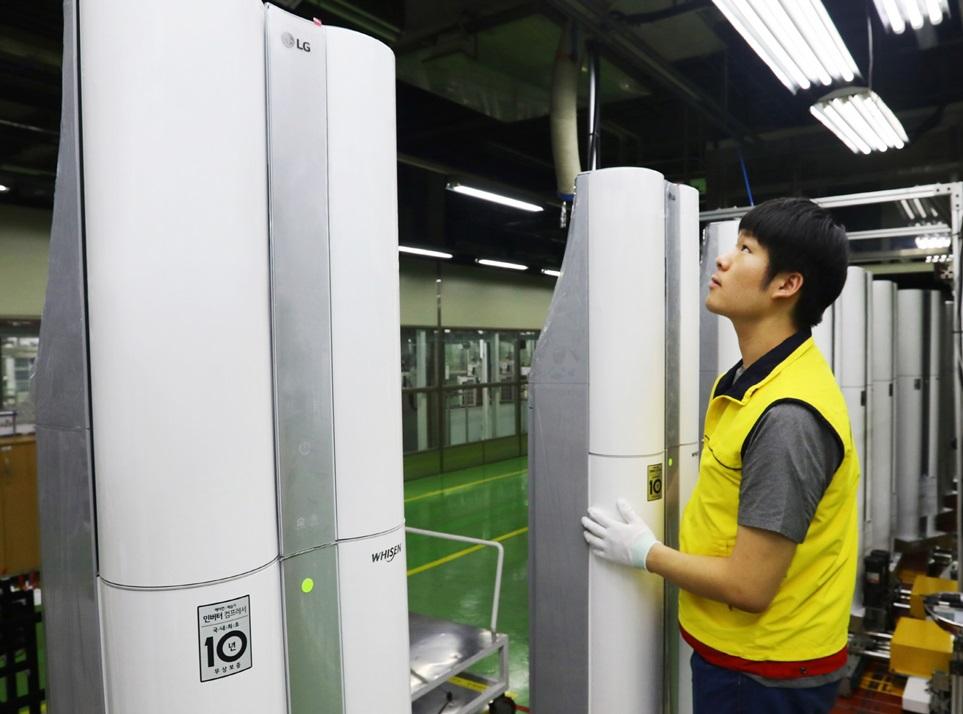 LG전자가 연이은 무더위에 에어컨 설치를 기다리는 고객들의 불편을 최소화하기 위해, 휴무 예정이던 8월 6일에서 10일에도 창원공장의 에어컨 생산라인을 풀가동한다. LG전자는 여름철 급증하는 에어컨 수요에 대응하기 위해 업계에서 가장 먼저 연중 생산 체제를 갖췄으며, 지난해보다 한 달 가량 빠른 2월 중순부터 에어컨 생산라인을 풀가동하고 있다. LG전자 7월 에어컨 판매량은 본격적인 무더위가 시작되면서 급증, 역대 월간 판매량 최대 기록을 경신했다. 사진은 LG전자 직원들이 6일 경남 창원의 LG전자 에어컨 생산라인에서 휘센 씽큐 에어컨을 생산하고 있는 모습.