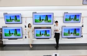LG전자가 이달 말까지 올레드 TV 할인 행사를 진행한다. 55인치 제품(모델명: 55B8C/55B8F)을 기존보다 30만원 낮춰 209만원에 판매한다. 200만원 문턱까지 가격을 낮춰 올레드 TV 확산에 박차를 가한다. 77인치 LG 시그니처 올레드 TV W(모델명: 77W8W)도 600만원 낮춘 1,700만원에 판매한다. LG전자 모델들이 서울시 영등포구에 위치한 LG 베스트샵 서울양평점에서 LG 올레드 TV를 소개하고 있다.