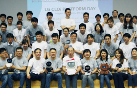 'LG 클로이 로봇' 개발자 '오픈 이노베이션' 03:LG전자 사내 로봇 개발자들이 한자리에 모여 관련 지식을 공유하는 자리를 가졌다. 13일 서울 양재동에 위치한 서초R&D캠퍼스에서 '2018 클로이(CLOi) 플랫폼 개발자의 날' 행사에서 컨버전스센터장 조택일 전무(앞줄 왼쪽에서 다섯번째)와 개발자들이 기념촬영을 하고 있다.