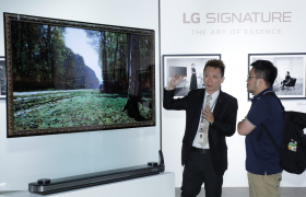 LG전자가 대만 타이페이에 있는 '타이페이 뉴 호라이즌(Taipei New Horizon)' 빌딩에서 현지 거래선, 기자, 오피니언 리더 등 200여 명을 초청해 'LG 시그니처' 출시행사를 열었다. 참석자들이 'LG 시그니처 올레드 TV W'를 살펴보고 있다.