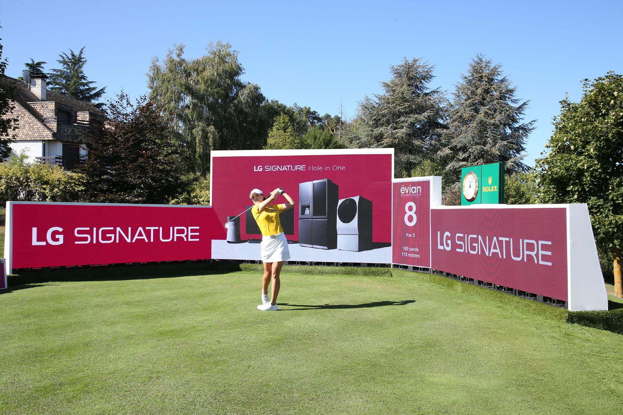 메이저 골프대회 '에비앙 챔피언십' 빛낸 超프리미엄 'LG 시그니처'_전인지: LG전자가 LPGA 메이저 골프대회인 '에비앙 챔피언십'에서 超프리미엄 'LG 시그니처'를 적극 알리고 있다. 대회 주최측은 이번 대회에서 8번 홀을 'LG 시그니처 홀'로 지정했다. LG전자는 8번 홀 주변에 대형 LED 스크린을 설치해 LG 시그니처 브랜드와 제품을 소개했다. 전인지 선수가 8번 홀인 'LG 시그니처홀'에서 스윙을 하고 있는 모습.