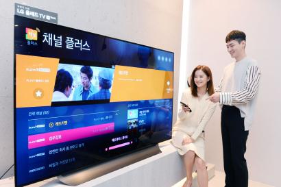 서울시 강남구에 위치한 LG베스트샵 강남본점에서 고객들이 LG 스마트 TV에서 '채널플러스'를 시청하고 있다.
