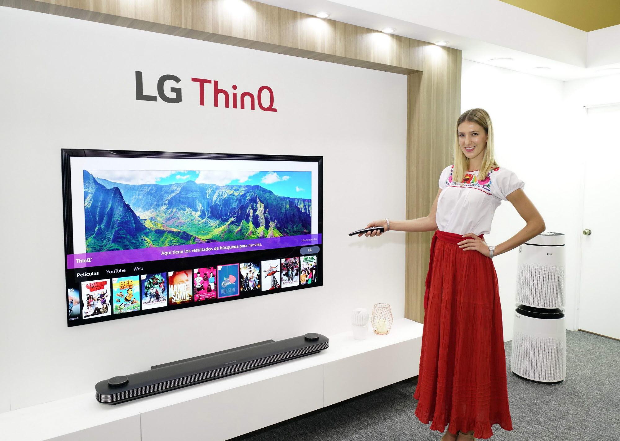 인공지능 'LG 씽큐' 중남미 거래선 사로잡았다01: LG전자가 17일부터 20일까지 멕시코 칸쿤에서 'LG 이노페스트'를 열고 혁신 제품을 대거 선보였다. 모델이 'LG 올레드 TV AI 씽큐'를 소개하고 있다.