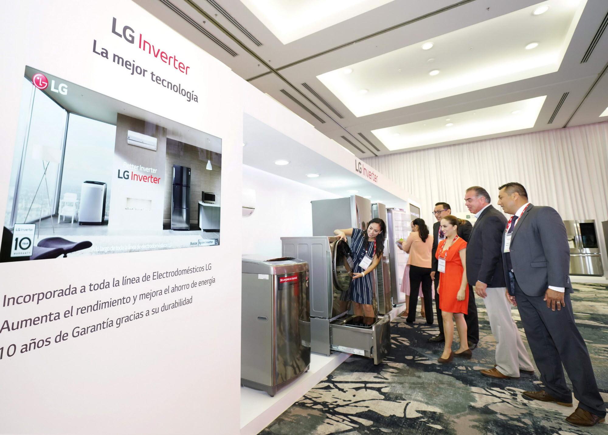 인공지능 'LG 씽큐' 중남미 거래선 사로잡았다03: LG전자가 17일부터 20일까지 멕시코 칸쿤에서 'LG 이노페스트'를 열고 혁신 제품을 대거 선보였다. LG 이노페스트 참가자들이 고효율, 고성능, 저소음 등 뛰어난 장점을 지닌 '인버터 기술'을 적용한 제품을 살펴보고 있다.