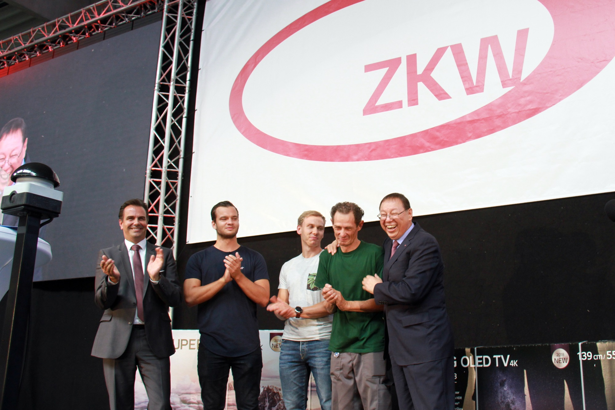 "LG전자 CEO 조성진 부회장이 오스트리아 비젤버그(Wieselburg)에 위치한 ZKW 본사를 방문해 현지 임직원들을 격려하고 있다. 현지 임직원 2,000여 명이 참석한 이 자리에서 조 부회장은 ""ZKW는 위대한 여정의 주축이 될 것""이라며 ""비젤버그는 이 여정의 가장 중요한 거점""이라고 강조했다"