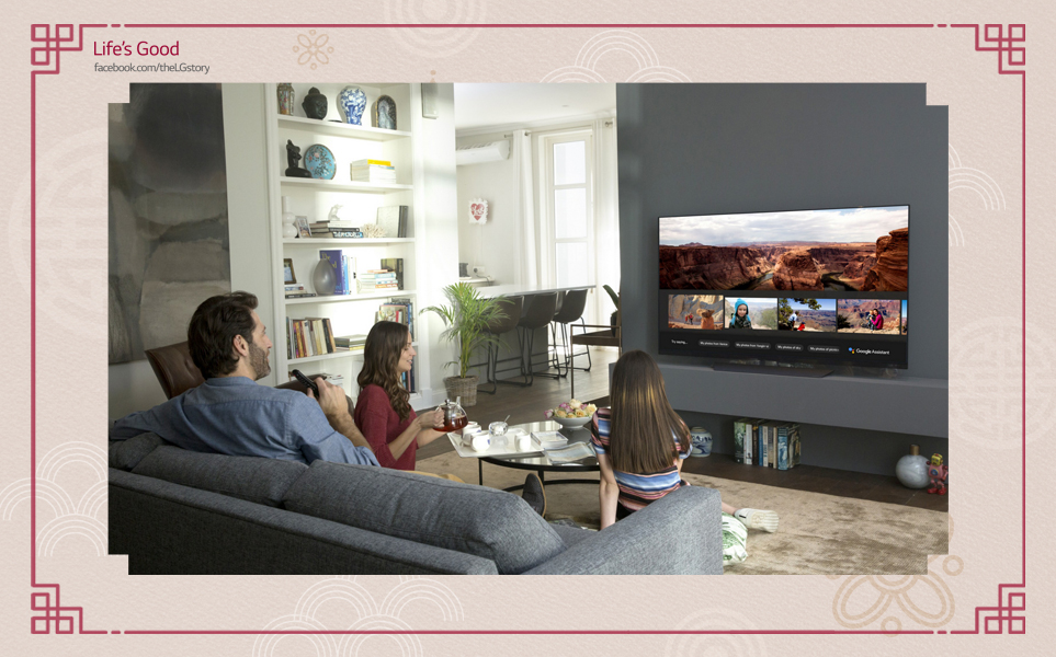'LG 올레드 TV 씽큐 AI' 시청하는 가족