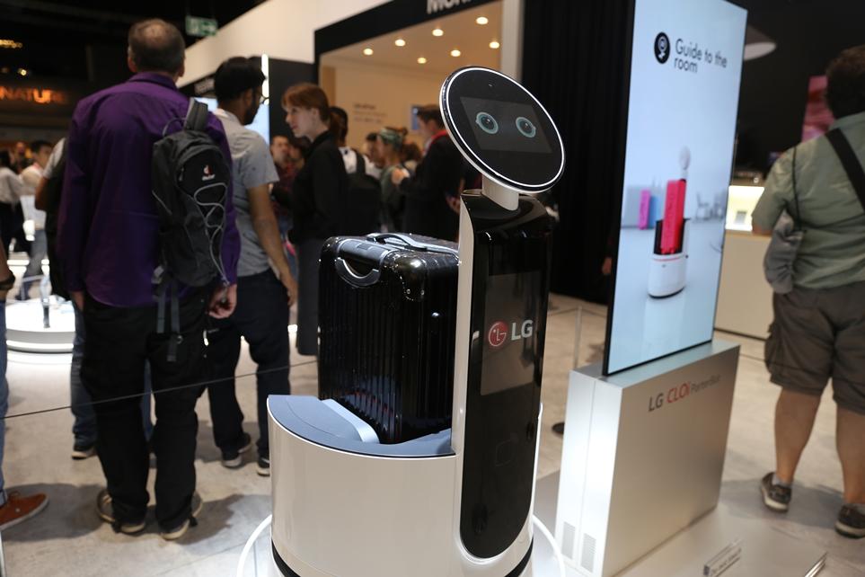 'IFA 2018'에 전시된 LG 클로이 포터 로봇