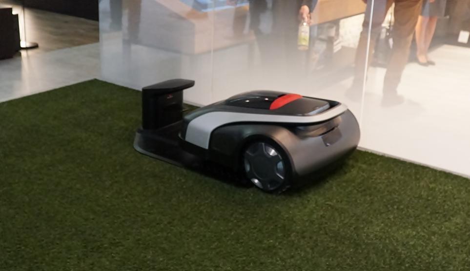 'IFA 2018'에 전시된 LG 클로이 잔디깎이 로봇