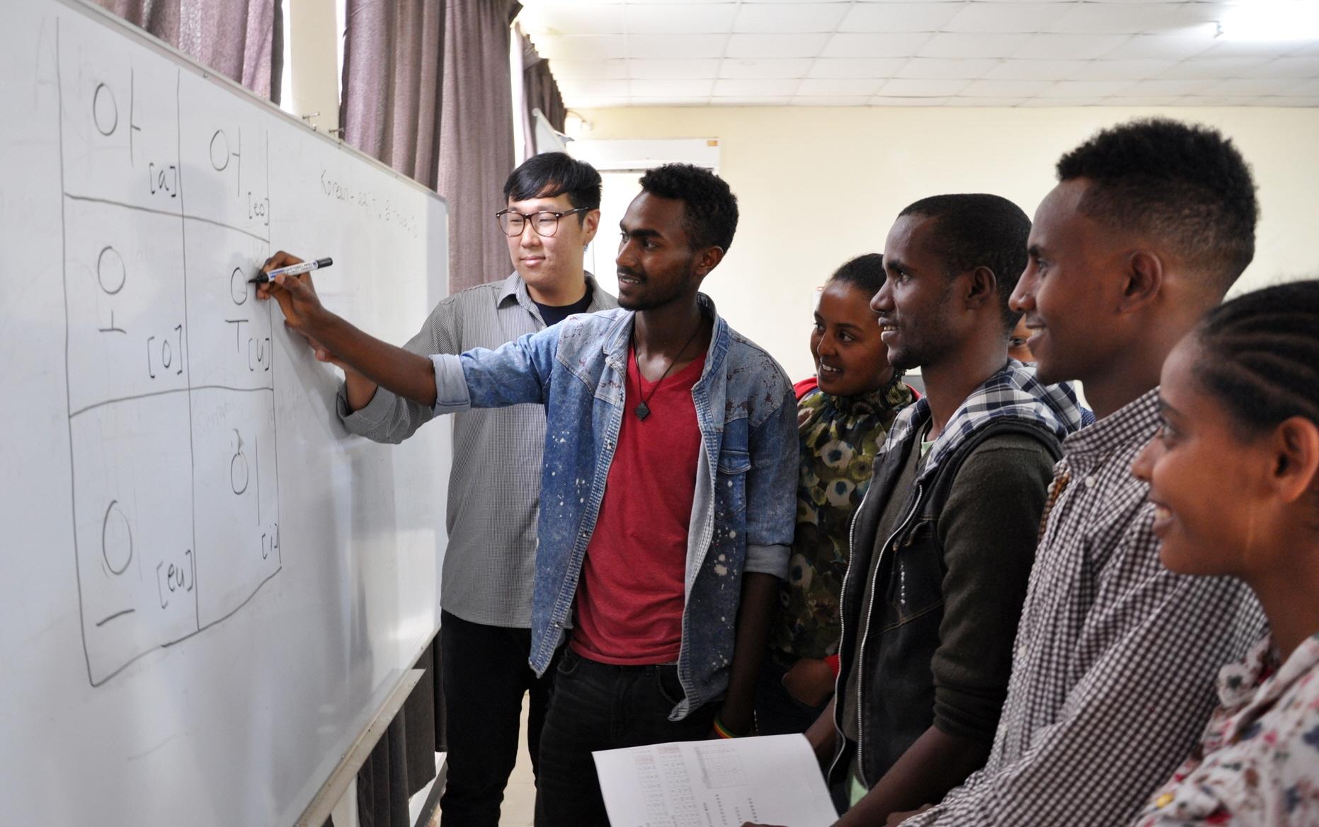 LG전자가 지난 달 중순부터 이달 5일까지 총 6회에 걸쳐 에티오피아 참전용사 후손 30여 명을 대상으로 한글 수업을 진행했다. 사진은 에티오피아 참전용사 후손들이 한글 수업을 받고 있는 모습.