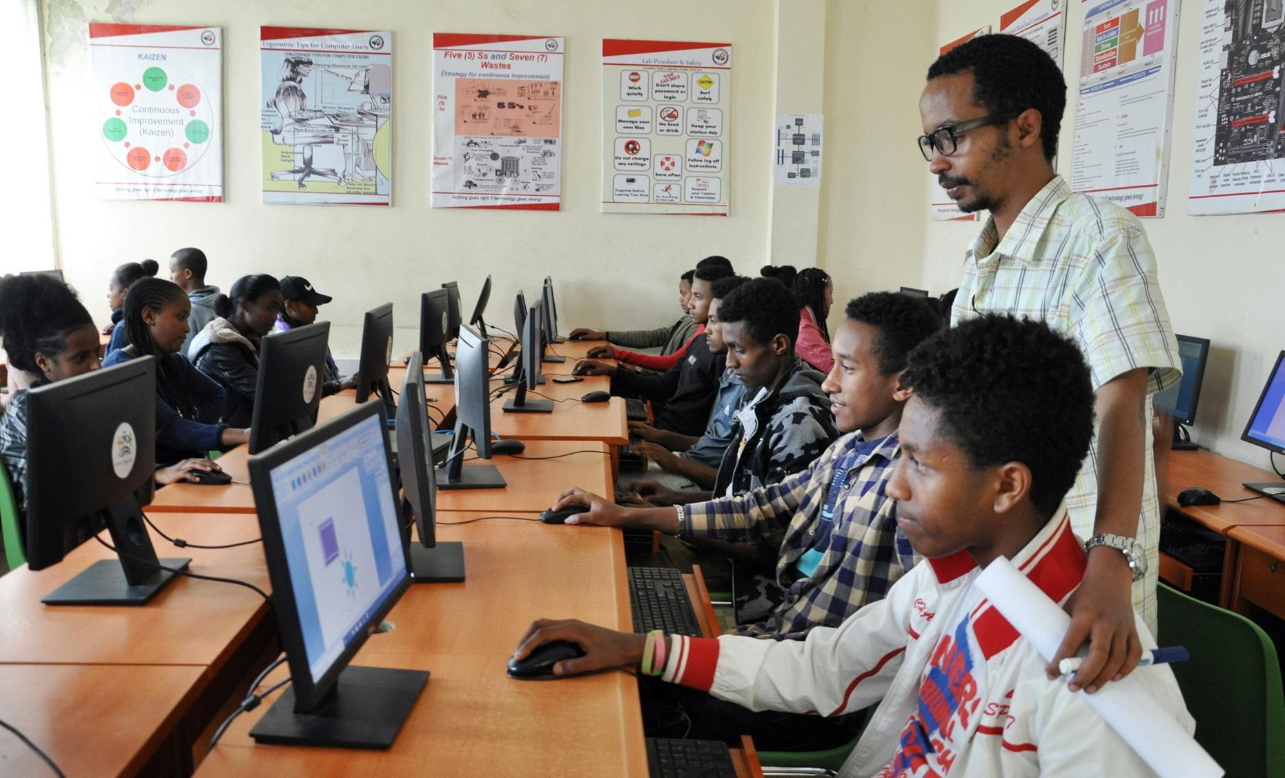 LG전자가 지난 달 중순부터 이달 5일까지 총 6회에 걸쳐 에티오피아 참전용사 후손 30여 명을 대상으로 한글 수업을 진행했다. 또 LG-KOICA 희망직업훈련학교의 최신 컴퓨터를 이용해 윈도우, 워드, 엑셀 등 컴퓨터 기초교육도 함께 실시했다.사진은 에티오피아 참전용사 후손들이 컴퓨터 기초교육을 받고 있는 모습.