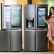 LG전자가 혁신적인 디자인, 편의성, 에너지효율을 모두 갖춘 '노크온 매직스페이스 냉장고 라인업을 대폭 확대하며 프리미엄 냉장고 시장 공략을 가속화한다. LG전자 모델이 노크온 매직스페이스를 적용한 870리터 더블매직스페이스냉장고와 824리터 얼음정수기냉장고를 소개하고 있다.