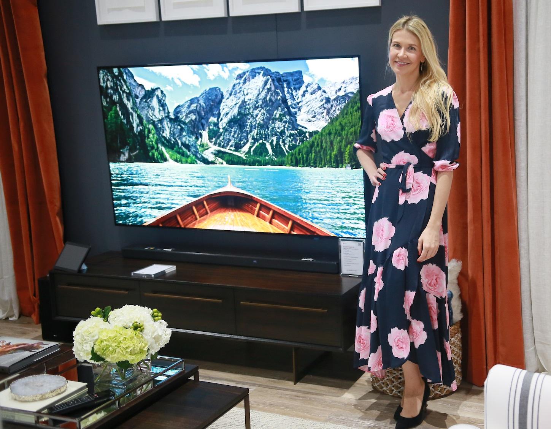 LG전자가 미국 샌디에이고에서 열린 영상가전 전시회 'CEDIA'에 참가해 유명 인테리어 디자이너와 협업해 'LG 올레드 TV AI 씽큐'와 조화되는 우아한 거실을 연출했다. LG전자 부스를 디자인한 케이트럼슨(Kate Rumson)이 'LG 올레드 TV AI 씽큐' 옆에서 포즈를 취하고 있다.