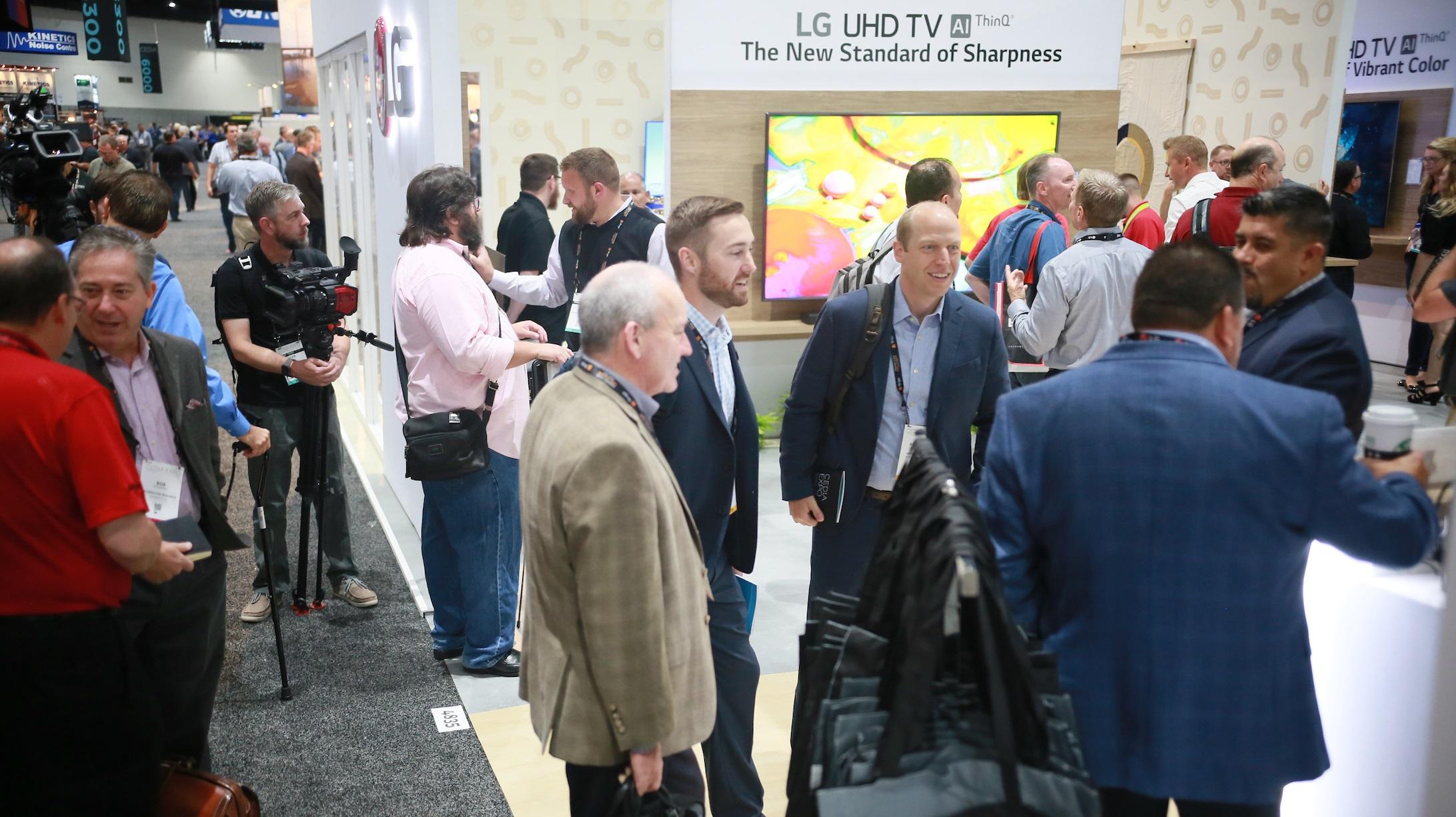 LG전자가 미국 샌디에이고에서 열린 영상가전 전시회 'CEDIA'에 참가해 유명 인테리어 디자이너와 협업해 'LG 올레드 TV AI 씽큐'와 조화되는 우아한 거실을 연출하고, LG 슈퍼 울트라HD TV AI 씽큐, LG 시네빔 4K UHD 등 제품을 전시했다. LG전자 부스를 찾은 관람객들이 LG전자 제품을 살펴보고 있다.