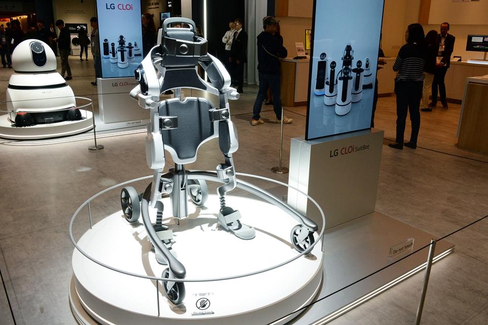 'IFA 2018'에 전시된 LG 클로이 수트봇