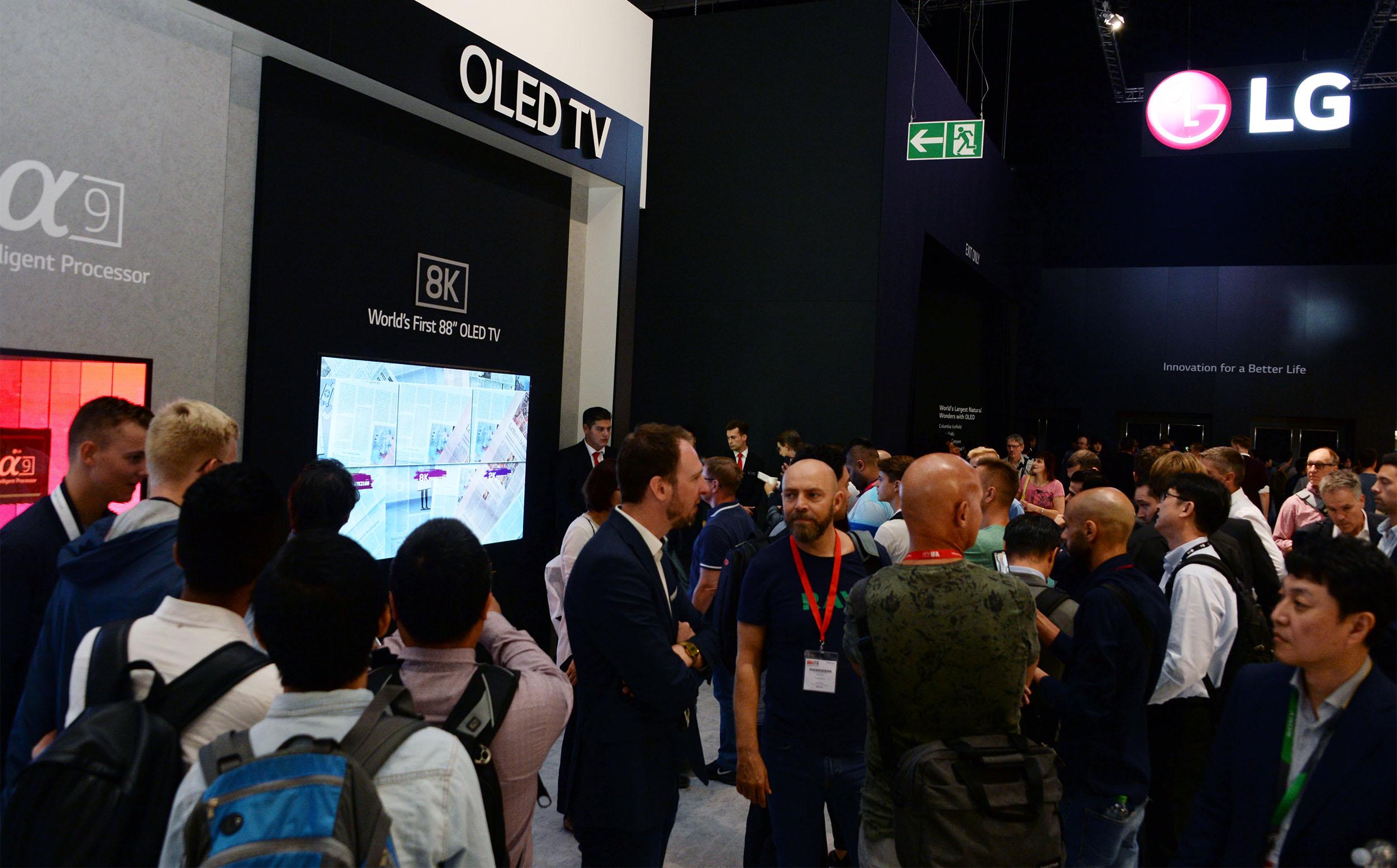 'LG 올레드 TV AI 씽큐'가 세계 비영리 소비자 매거진이 실시한 성능평가에서 1위를 독차지하고 있다. 최근 호주 '초이스'의 성능평가에서 1위를 차지한 것을 비롯해 올해 미국, 영국, 독일, 프랑스, 이탈리아, 스페인, 네덜란드, 스웨덴 등 9개 국가에서 1위를 차지하며 현존 최고 TV임을 입증하고 있다. 독일 베를린에서 열리고 있는 국제 가전박람회 'IFA 2018'에서 관람객들이 LG 올레드 TV AI 씽큐를 살펴보고 있다.