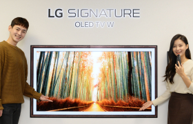 서울특별시 영등포구 여의대로에 있는 LG트윈타워에서 모델들이 LG 시그니처 올레드 TV W의 갤러리 앱에서 '트립어드바이저'가 추천하는 가을 대표 여행지 사진을 감상하고 있다.