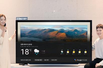 서울시 강남구에 위치한 LG 베스트샵 강남본점에서 고객들이 LG 올레드 TV AI 씽큐의 대화면을 통해 구글 어시스턴트 한국어 서비스를 이용하고 있다.
