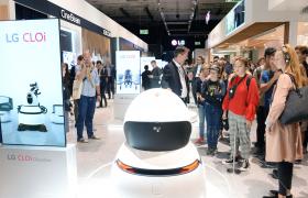 LG전자가 서비스로봇 솔루션업체인 로보티즈와 공동으로 이동로봇의 핵심부품인 자율주행모듈을 개발키로 했다. 지난 2018에서 LG전자가 선보인 다양한 'LG 클로이' 로봇 제품들.