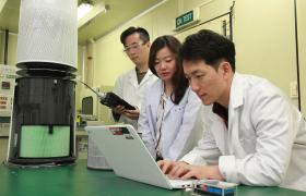 LG전자가 2일 서울 금천구 가산R&D캠퍼스에 차세대 공기청정 핵심기술의 연구개발을 전담하는 '공기과학연구소'를 신설했다. LG전자 연구원들이 공기과학연구소에서 집진, 탈취, 제균 등 공기청정기의 핵심기술을 연구하고 있다.