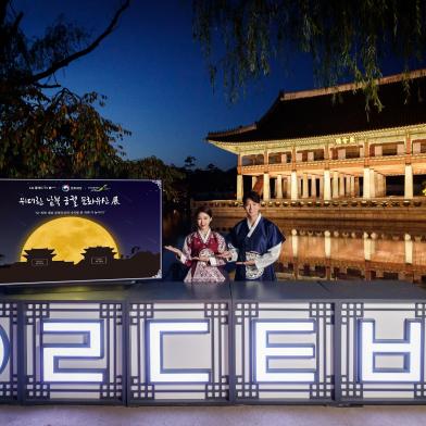 LG전자가 21일부터 다음달 3일까지 경복궁에서 열리는 '위대한 남북 궁궐 문화 유산전'에 올레드 TV 15대로 전시존을 만들고 남북한의 문화 유산을 생생한 화질로 소개한다. LG전자 모델들이 'LG 올레드 TV AI 씽큐' 옆에서 포즈를 취하고 있다.