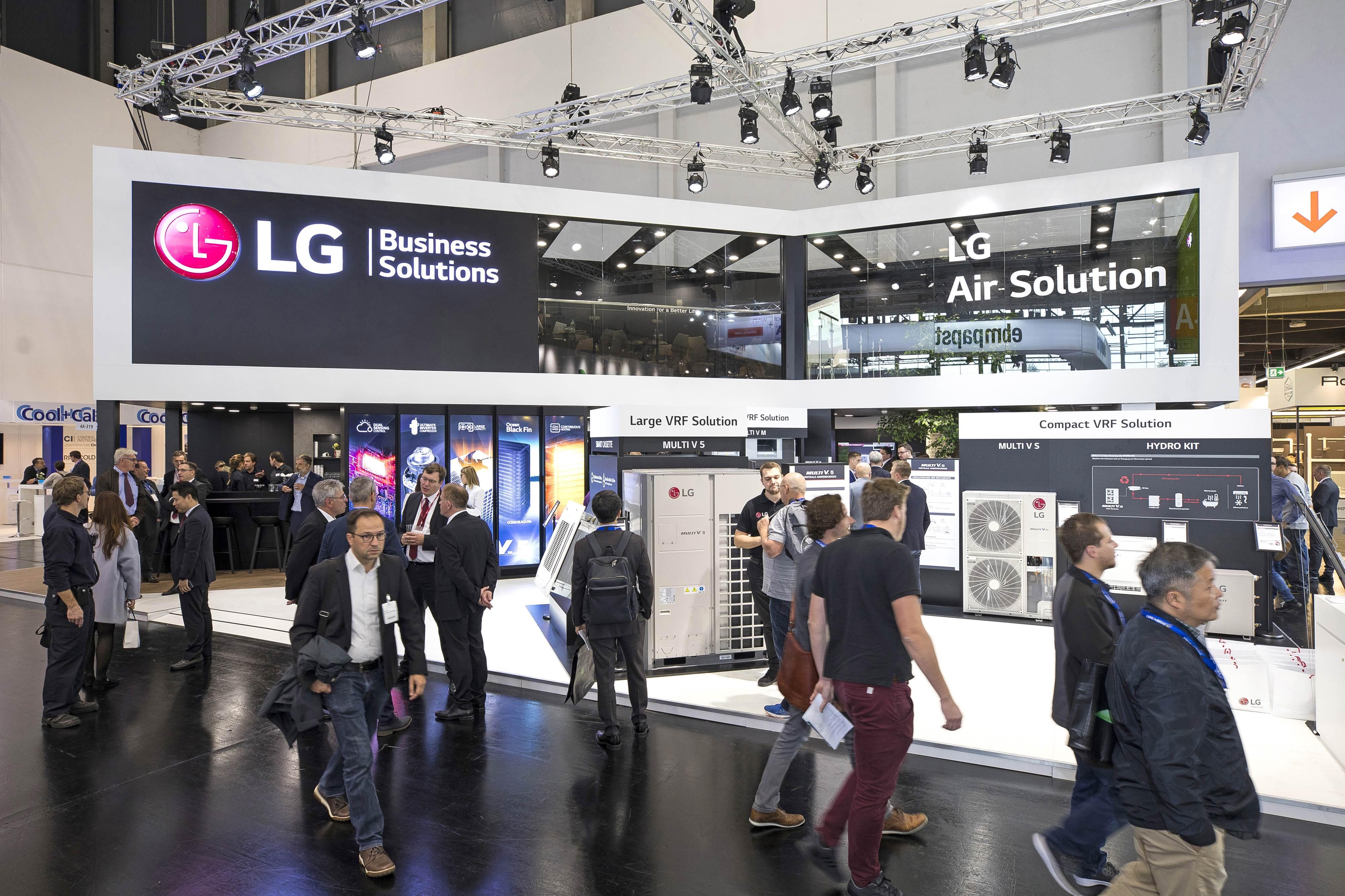 LG전자가 독일 뉘른베르크에서 16일부터 18일까지 열리는 공조 전시회 '칠벤타(Chillventa) 2018'에 참가했다. LG전자는 이번 전시회에서 친환경·고효율 냉난방 솔루션뿐 아니라 고객이 공조 시스템을 효율적으로 설계하고 운영할 수 있도록 도와주는 솔루션과 공조 제품의 핵심부품인 고효율 컴프레서도 함께 소개했다. 사진은 관람객들로 북적이는 LG전자 전시관.