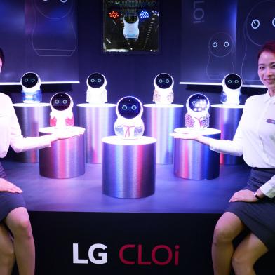 LG전자가 오늘부터 27일까지 서울 삼성동 코엑스에서 열리는 'KES 2018' 전시에 참가해 인공지능 'LG 씽큐' 가전을 대거 소개하며 인공지능 선도 기업 이미지를 부각한다. LG전자 모델들이 LG 클로이 로봇을 소개하고 있다.