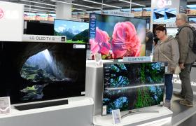 LG 올레드 TV가 최근 영국의 왓하이파이, 에이브이포럼, 미국의 씨넷, 포브스 등 해외 매체들로부터 성능에 대한 호평을 받았다. 이 매체들은 LG 올레드 TV의 완벽한 블랙 표현, 무한대 명암비, 넓은 시야각 등 성능을 극찬했다. 사진은 유럽 소비자들이 가전 매장에서 LG 올레드 TV를 살펴보는 장면.