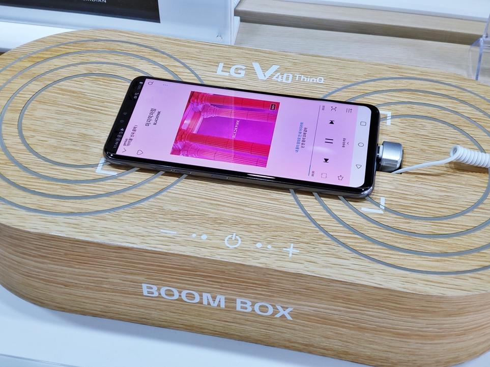 'LG V40 씽큐' 붐박스 스피커 시연 모습