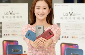 20일 서울 영등포구에 위치한 휴대폰 매장에서 모델이 LG V40 ThinQ 예약 프로그램을 소개하고 있다.