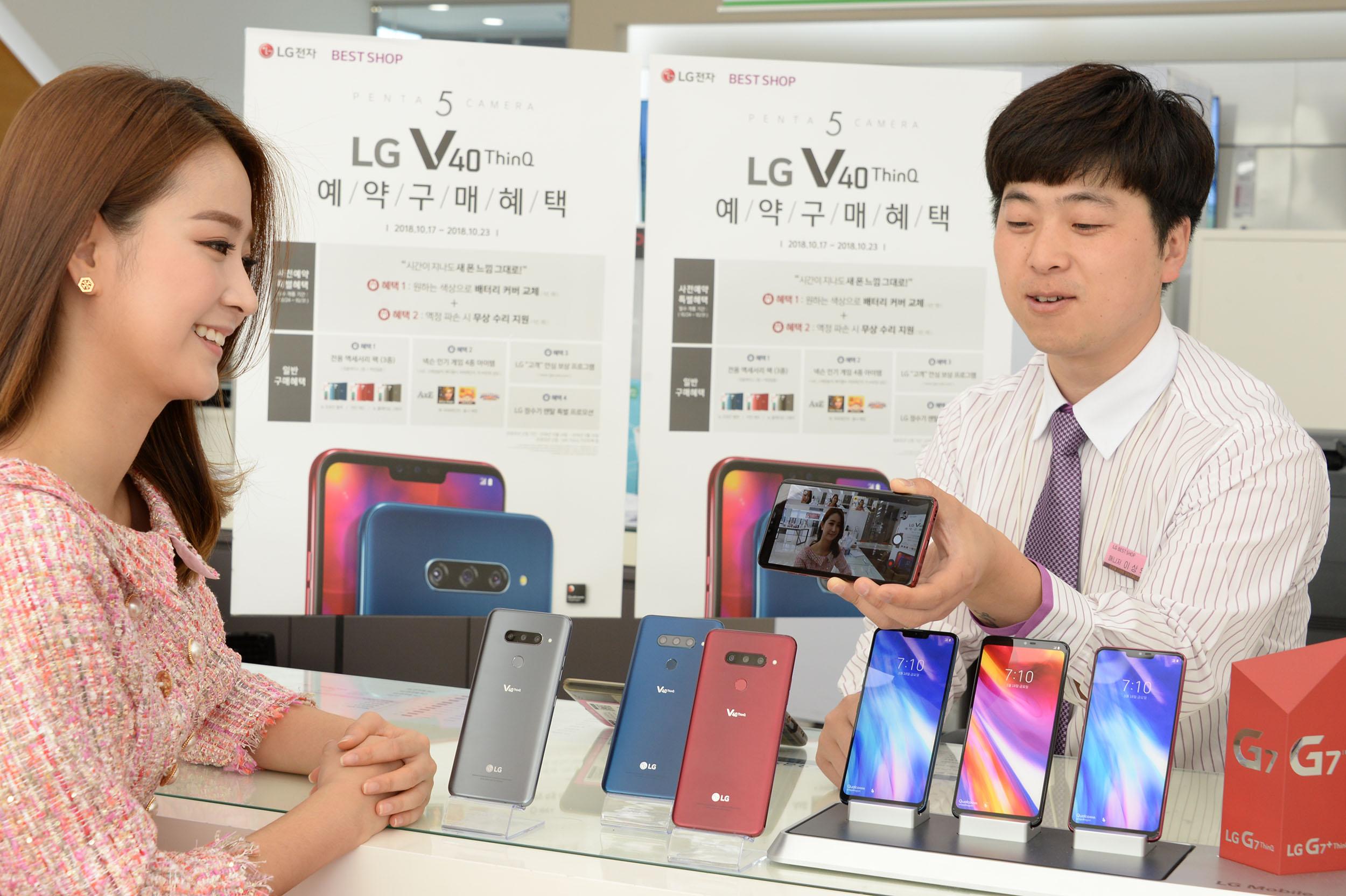 20일 서울 영등포구에 위치한 휴대폰 매장에서 판매사가 LG V40 ThinQ  의 트리플샷 기능을 설명  하고 있다.