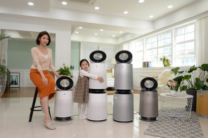LG전자가 22일 청정면적을 키워 더 강력해진 '퓨리케어 360° 공기청정기' 신제품을 선보였다. 신제품은 최대 공기청정면적이 100제곱미터에 달해 제품 한 대로 교실 면적의 1.5배를 청정할 수 있는 수준이다. LG전자 모델들이 퓨리케어 360° 공기청정기 신제품을 소개하고 있다.