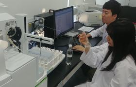 LG전자 물과학연구소가 최근 영국 환경식품농림부가 주관하는 식품분석숙련도평가에서 최고점을 받았다. 사진은 LG전자 연구원들이 물과학연구소에서 연구하는 모습.
