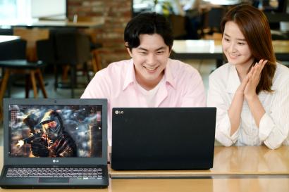LG전자가 10일 게이밍 노트북 신제품을 출시했다. 이 제품은 화면부터 성능까지 최고급 사양을 갖췄다. 모니터는 1초에 화면을 144장까지 보여줘, 화면을 부드럽게 전환한다. 이 제품은 엔비디아의 G-싱크를 탑재해 화면이 찢어지거나 깨지는 현상을 최소화했다. 인텔 최상급 CPU인 i7-8750H, DDR4 2666Mhz 16GB 메모리, 엔비디아 GTX 1060 그래픽카드 등을 갖췄다. LG전자 모델들이 LG 게이밍 노트북을 살펴보고 있다.