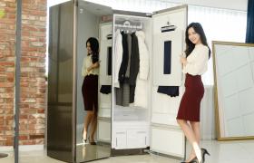 LG전자가 22일 '트롬 스타일러 블랙에디션'(모델명: S5MB)을 출시한다. 이 제품은 스타일러의 외관과 손잡이에 고급스러운 다크 그레이 색상을 적용해 인테리어의 가치를 더했다. 신제품은 기존에 선보인 '트롬 스타일러'의 다양한 기능들을 넣었다. 이 제품은 한 번에 최대 6벌까지 관리할 수 있어 롱패딩 등 부피가 큰 겨울옷도 거뜬하다. 또, '트롬 스타일러 미러'처럼 전면이 전신 거울이다. 가격은 출하가 기준 209만원이다.