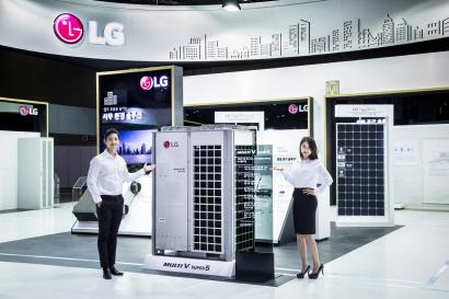 LG전자가 2일부터 5일까지 일산 킨텍스에서 열리는 2018 대한민국 에너지대전에서 참가업체 중 가장 넓은 270제곱미터 규모 전시관을 마련했다. LG전자는 다양한 제품으로 고효율 공조시스템부터 태양광과 ESS(에너지 저장장치)까지 고객이 생활하는 공간별로 효율적 에너지 관리를 위한 최적의 토털 솔루션을 제시했다.