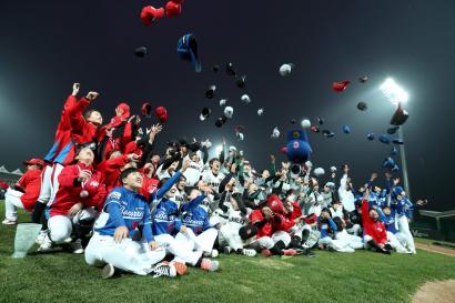LG전자와 한국여자야구연맹이 공동으로 주최한 2018 LG배 한국여자야구대회가 폐막했다. 지난 11일 경기도 이천 'LG챔피언스파크'에서 열린 폐막식에서 선수들이 모자를 던지며 환호하고 있다.