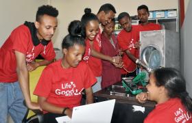 LG전자가 에티오피아 청년들의 창업을 돕기 위해 에티오피아 수도 아디스아바바에 있는 'LG-KOICA 희망직업훈련학교'에 LG소셜캠퍼스 창업지원센터를 설립한다. 이 센터는 'LG-KOICA 희망직업훈련학교'의 졸업예정자 중 창업을 희망하는 학생들이 사회에 기여하는 기업가로 성장할 수 있도록 다양하게 지원할 계획이다. 사진은 'LG-KOICA 희망직업훈련학교' 학생들이 창업지원센터를 이용하는 모습.
