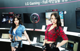 LG전자가 부산 벡스코에서 오늘부터 18일까지 열리는 국내 최대 게이밍 전시회 '지스타'에 참가해 게이밍노트북, 게이밍모니터 등 IT 기기를 대거 전시한다. 모델들이 LG 울트라기어 게이밍 모니터, LG 게이밍노트북 등을 소개하고 있다.
