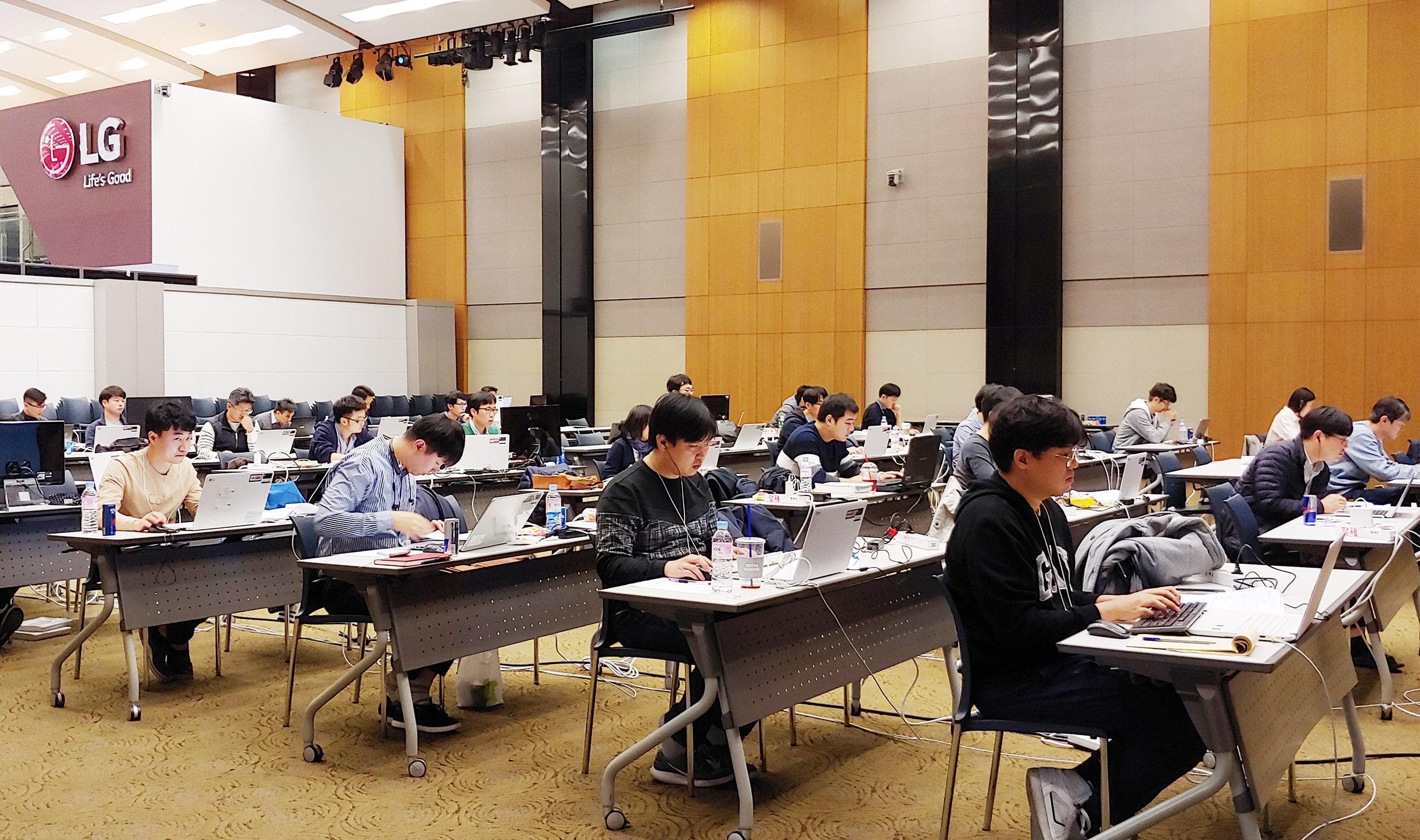 LG전자가 인공지능 시대를 이끄는 핵심 역량인 소프트웨어를 육성하기 위해 코딩전문가를 적극 키우고 있다. LG전자는 지난 23일 서울 양재동 서초R&D캠퍼스에서 CTO 박일평 사장이 참석한 가운데 소프트웨어 코딩전문가 인증식을 진행했다. 사진은 지난 2일 열린 코딩 경연대회 '코드잼'에서 연구원들이 코딩실력을 겨루고 있다.