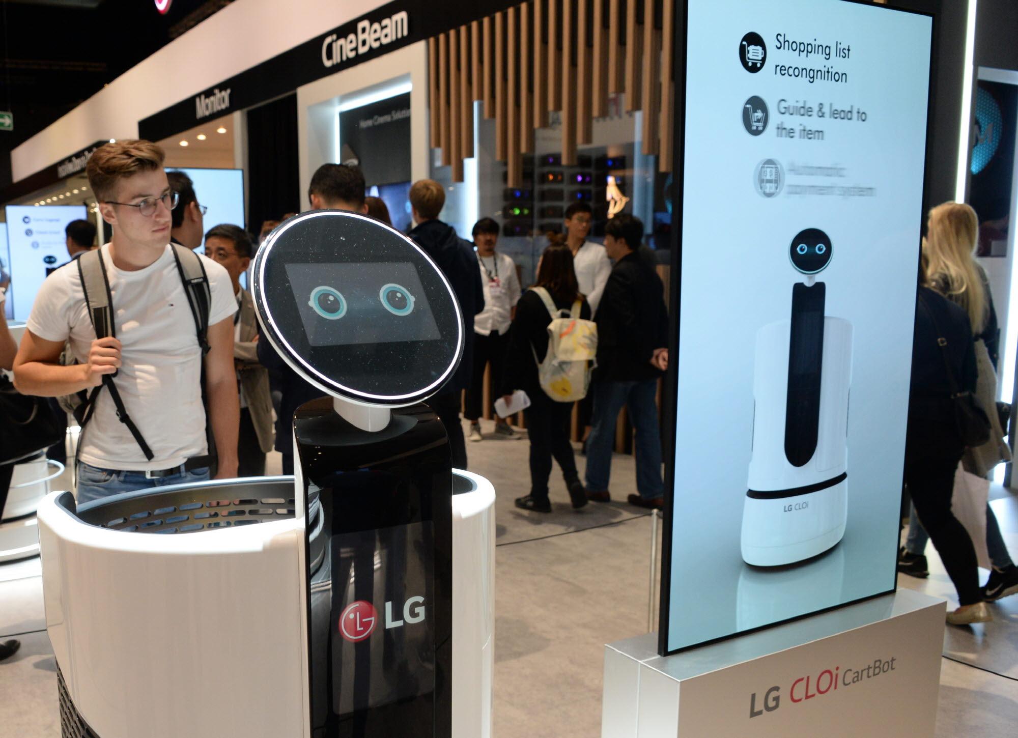 지난 9월 열린 IFA 2018에서 관람객들이 'LG 클로이 카트봇'을 살펴보고 있다.