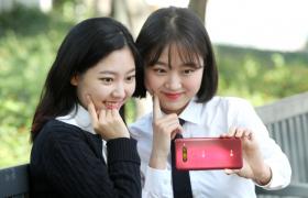 6일 모델이 서울시 종로구에서 LG V40 ThinQ 의 셀카를 체험하고 있다.LG V40 ThinQ 는 국내에 출시된 스마트폰 중 처음으로 후면 3개(망원, 표준, 초광각), 전면 2개(표준, 광각) 등 5개 카메라를 장착했다. 원하는 사진을 찍기 위해 사용자가 움직일 필요 없이 한 번에 다양한 화각의 사진을 촬영하는 것이 가능하다