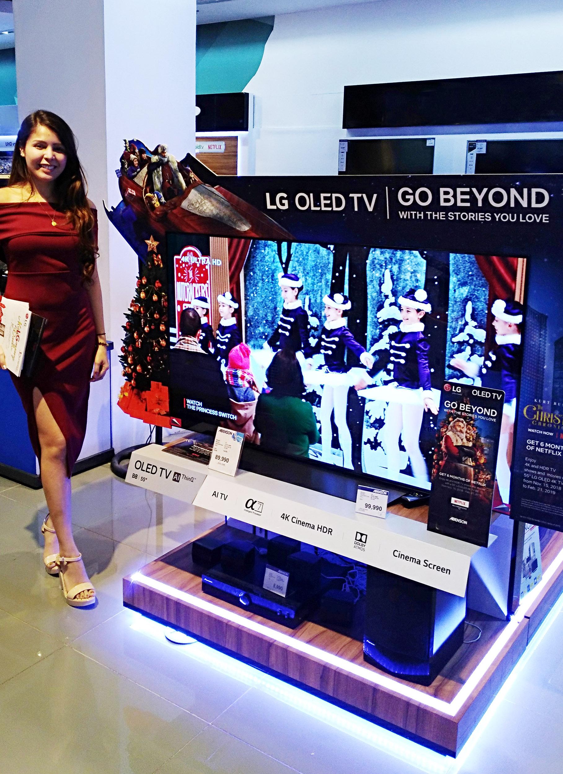필리핀 마닐라 소재 가전매장에서 모델이 LG전자 올레드 TV AI 씽큐 제품을 소개하고 있다.