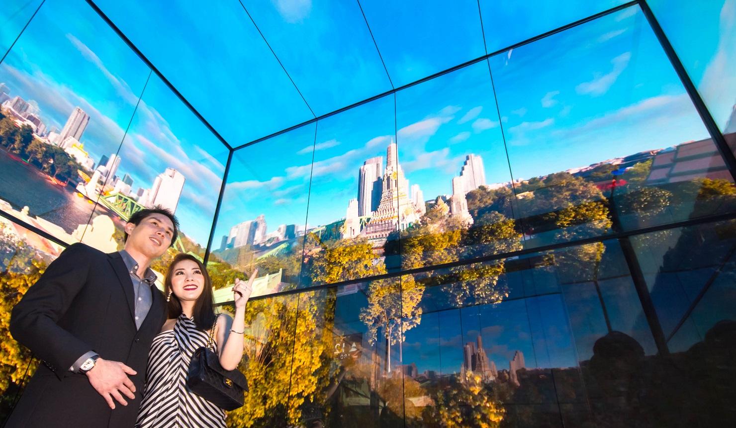 태국 최고층 건물인 마하나콘 타워의 전망대 전용 엘리베이터 탑승객들이 내부 4면을 둘러싼 LG 올레드 사이니지를 통해 방콕의 모습을 감상하고 있다.