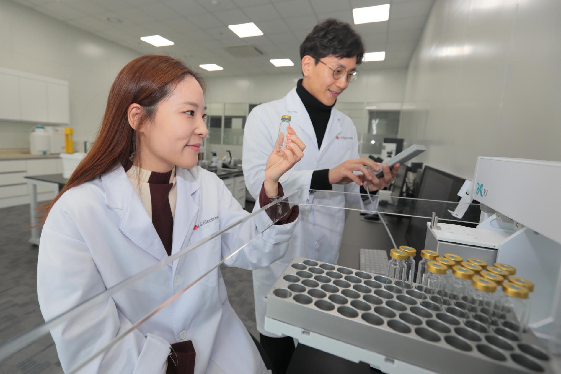LG전자 식품과학연구소 연구원이 '전자 코' 장치로 식품의 보관에 따른 향의 변화를 화학적 성분 분석으로 측정하고 있다.