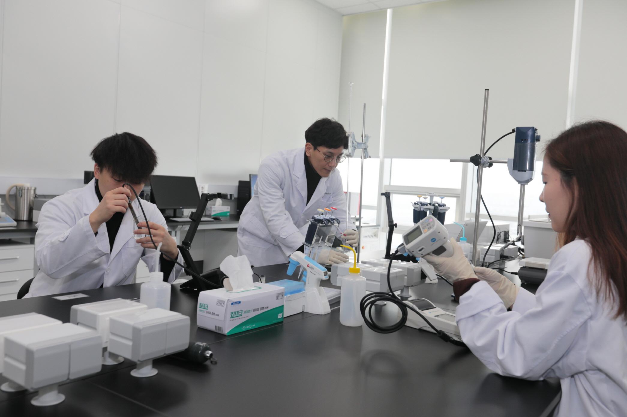 LG전자 식품과학연구소 연구원이 김치의 품질을 결정하는 산도(酸度)를 측정하고 있다.