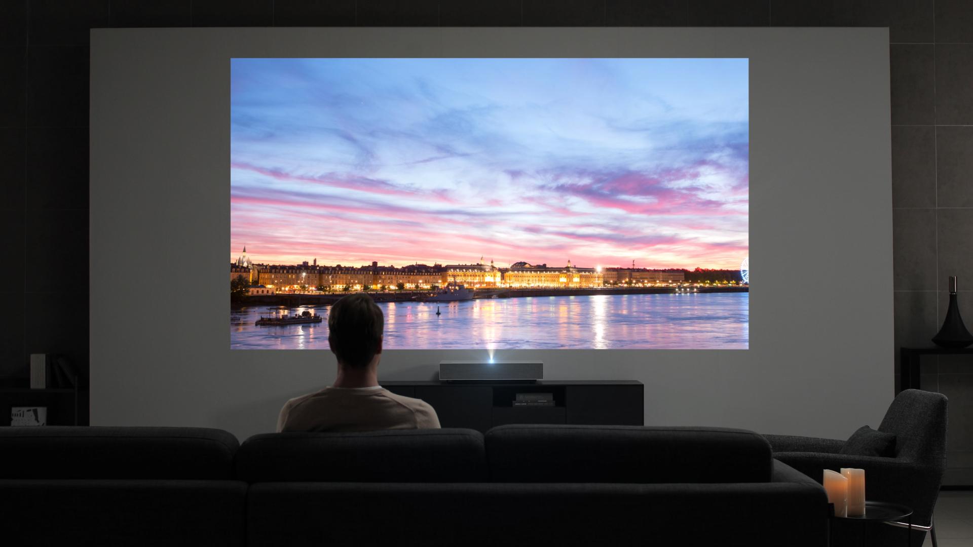 LG전자가 CES 2019에서 투사거리가 18cm만 확보되면 120인치 대화면을 UHD 해상도로 보여주는 'LG 시네빔 Laser 4K' 프로젝터를 공개한다.