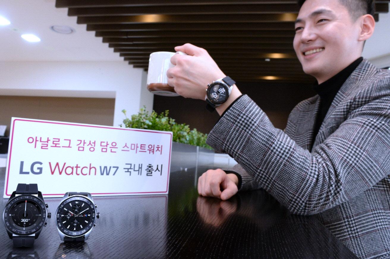 LG전자가 17일 아날로그 감성을 웨어러블 기술에 담아낸 스마트 워치 'LG Watch W7'를 국내에 출시한다. LG전자 모델이 'LG Watch W7'을 소개하고 있다.