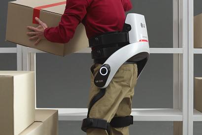 산업현장이나 상업, 물류공간에서 사용자의 허리근력을 보조하는 'LG 클로이 수트봇(CLOi SuitBot)'
